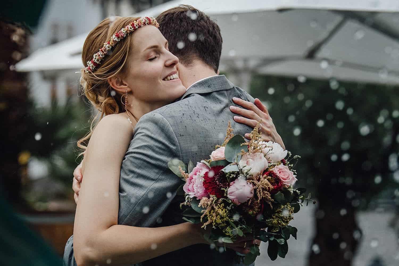 Hochzeitsfotograf Pfalz - Brautpaarshooting bei Regen in Deidesheim am Deidesheimer Hof