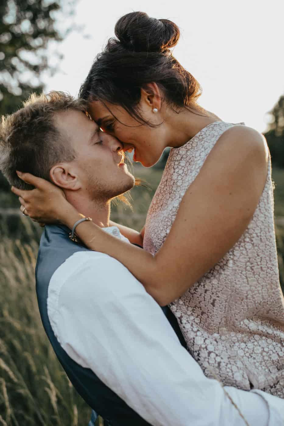 Hochzeitsfotograf im Saarland und der Pfalz - Brautpaarshooting, natürliche Posen, Scheunenhochzeit