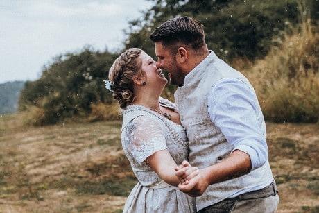 Hochzeitsfotograf im Saarland - Brautpaarshooting bei Regen am Bostalsee Seezeit Lodge