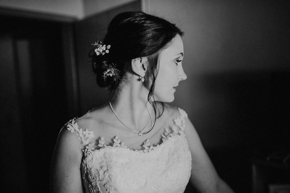 Hochzeitsfotograf im Saarland und der Pfalz - Portrait einer hübschen Braut beim Getting Ready, Brautkleid, Haarschmuck