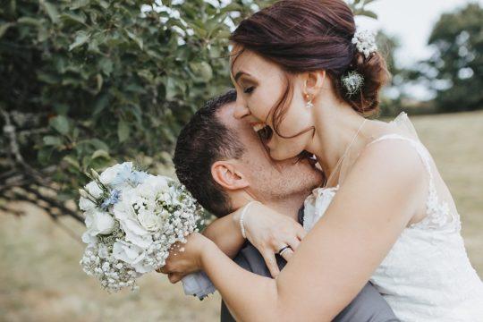 Hochzeitsfotograf im Saarland und der Pfalz - natürliches Brautpaarshooting einer Mühlenhochzeit bei Baumholder