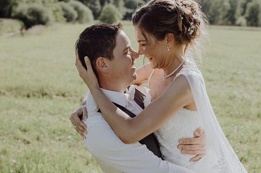 Hochzeitsfotograf im Saarland und der Pfalz - Brautpaarshooting im Grünen - Hochzeitskleid - Braut - Bräutigam