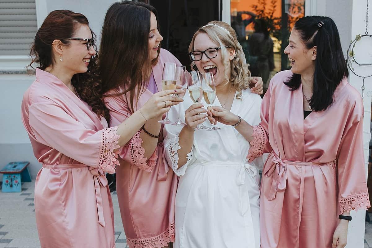 Hochzeitsfotograf im Saarland und der Pfalz - Getting Ready Brautjungfern mit Kimono