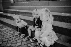 Hochzeitsfotograf im Saarland und der Pfalz - kleine Momente spielende Kinder auf der Treppe Kirche Maxdorf