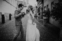 Hochzeitsfotograf im Saarland und der Pfalz - Brautpaarshooting Tanz bei Regen in der Altstadt Deidesheim