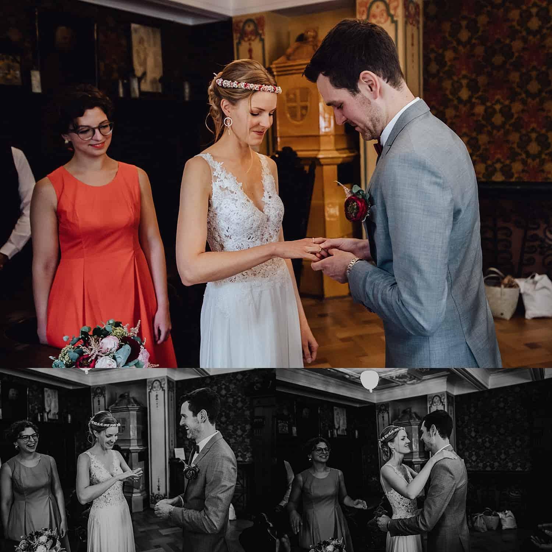 Hochzeitsfotograf in der Pfalz - Ringtausch standesamtliche Hochzeit historisches Rathaus Deidesheim