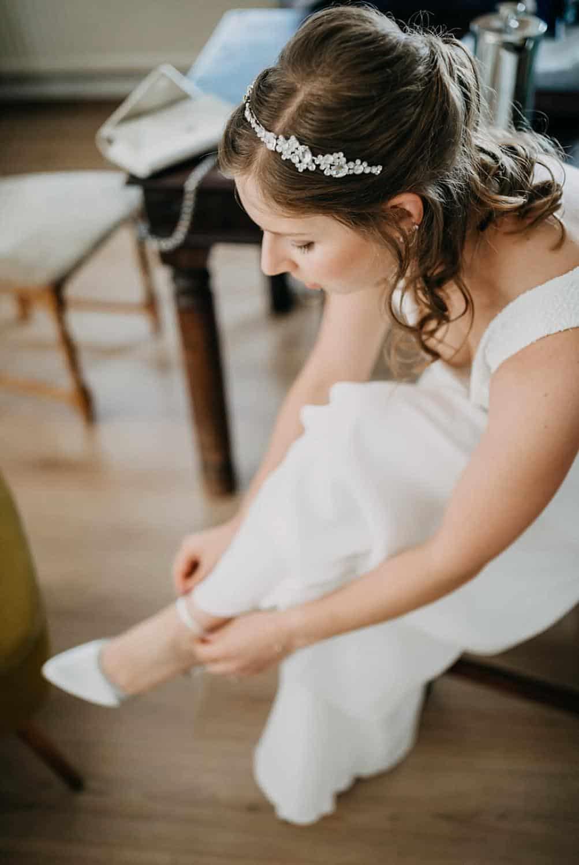 Hochzeitsfotograf im Saarland und der Pfalz - Getting Ready der Braut, Brautkleid, Brautschuhe, Haarschmuck