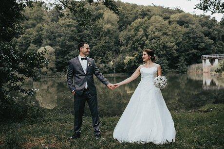Hochzeitsfotograf im Saarland und der Pfalz - Brautpaarshooting im Wald - Hochzeitskleid - Braut - Bräutigam